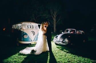 Jeune marié faisant photos de mariage de nuit devant un van et une vielle coccinelle