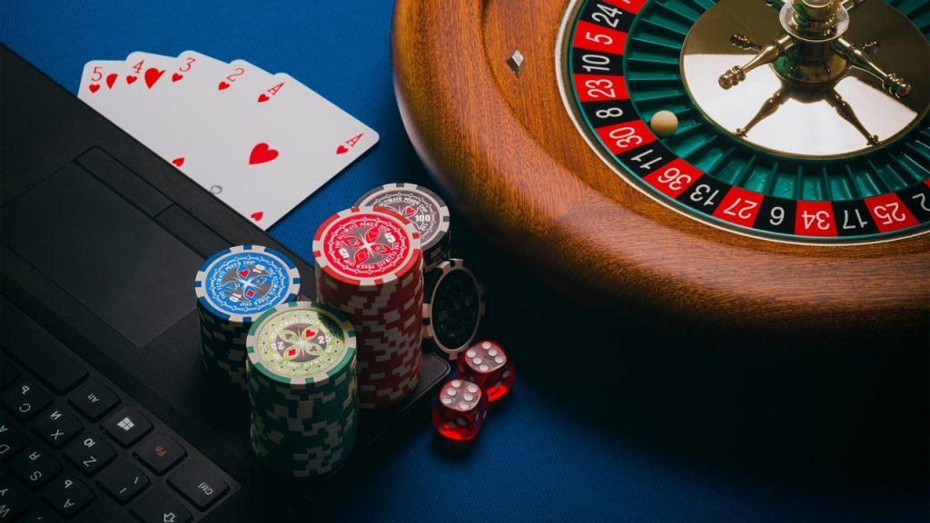 Roulette, jeux de carte pour jouer au poker en ligne sur un ordinateur