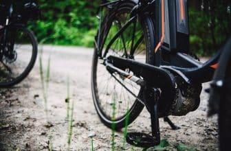 Vélo électrique posé en forêt
