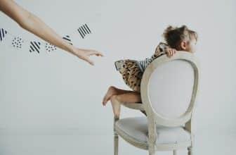 Petite fille casse cou montant sur une chaise, maman essayant de la retenir