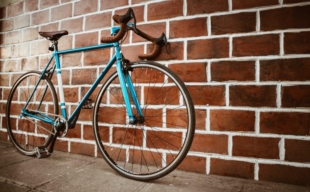 Vélo de route de course bleu