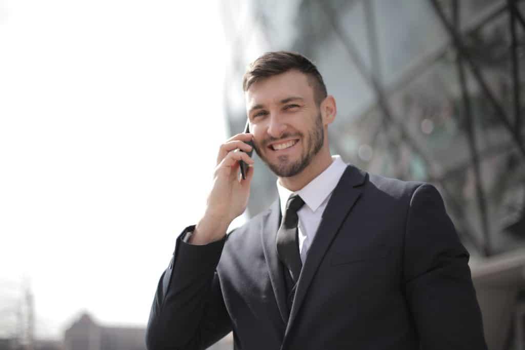Homme souriant au téléphone, businessman