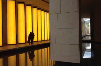 Société entreprise panneau lumineux jaune avec 2 personnes discutant devant