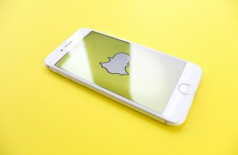 Téléphone, iphone blanc, avec application snapchat affichée