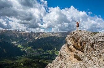 femme en haut d'une montagne
