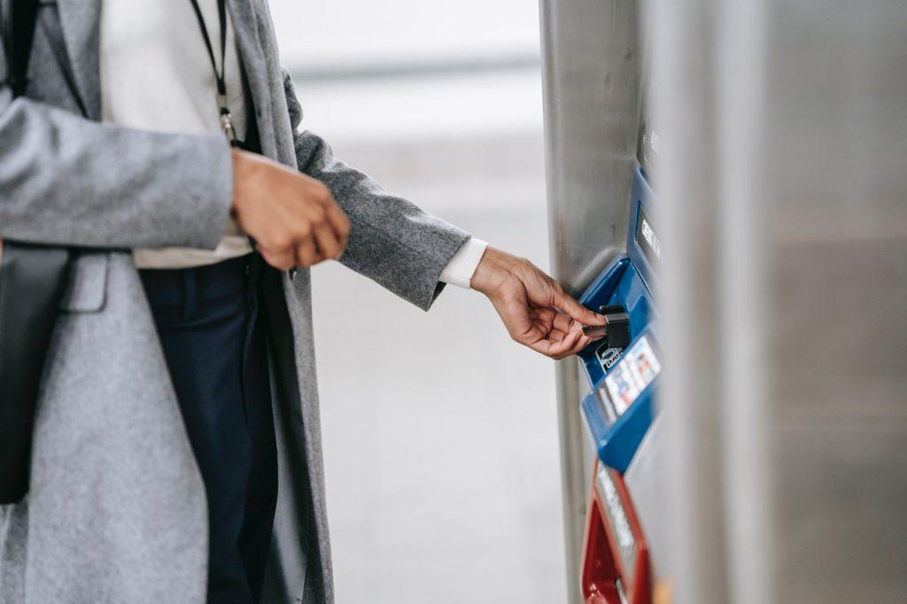 Femme retirant de l'argent dans un guichet de banque