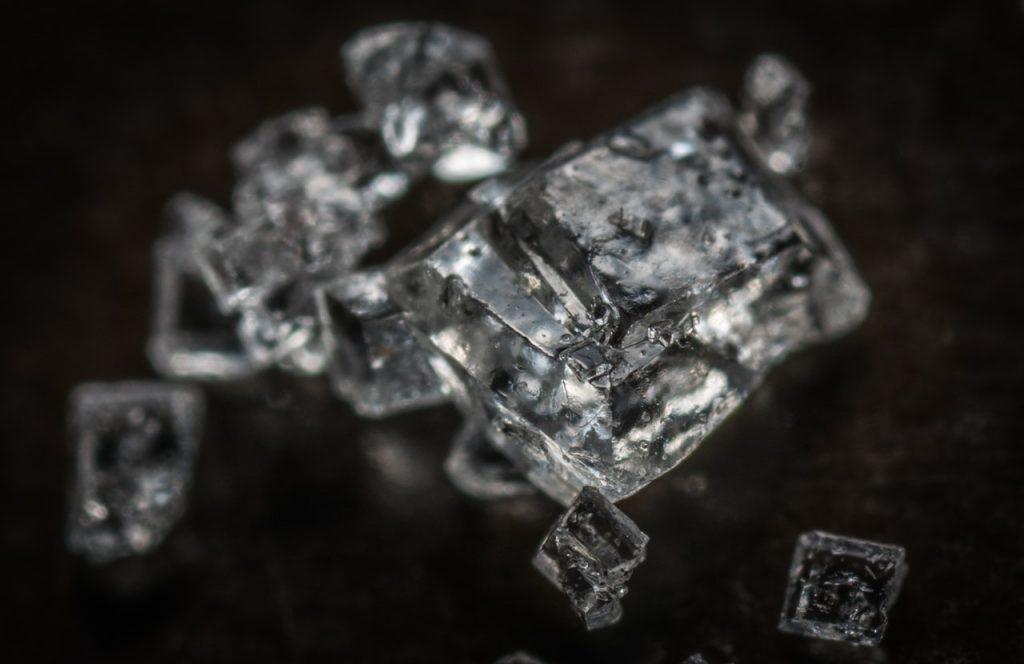 Fond noir avec cristaux