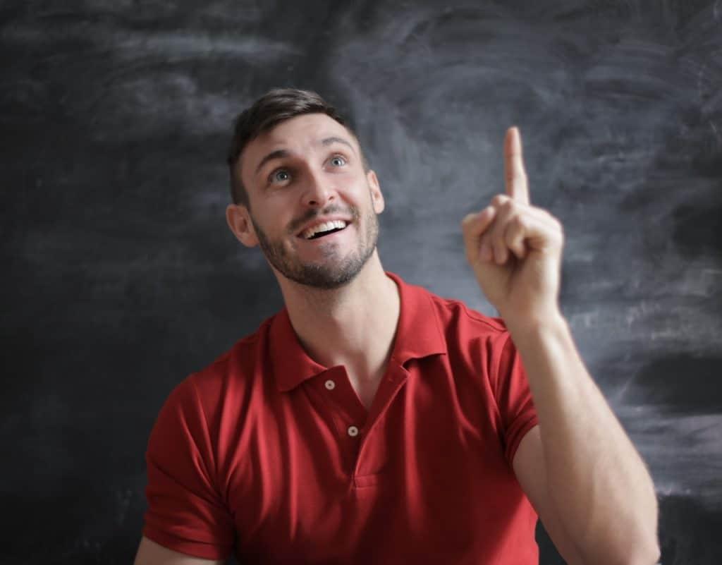 Homme heureux ayant une idée