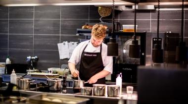 4 Indispensables dans la Tenue d'un Cuisinier, pour Assurer sa Sécurité