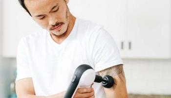 Courbature et Mal de Dos – Comment Utiliser le Pistolet de Massage ?